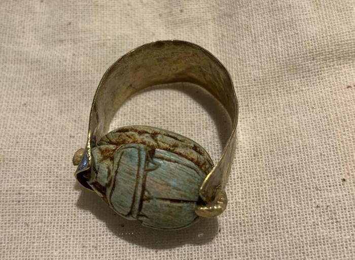 anell ample i escarabeu de resina