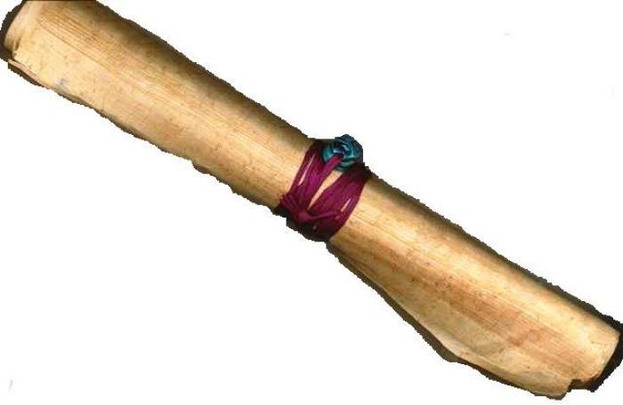 Papiro en blanco con amuleto envuelto en cinta de ráfia de color.
